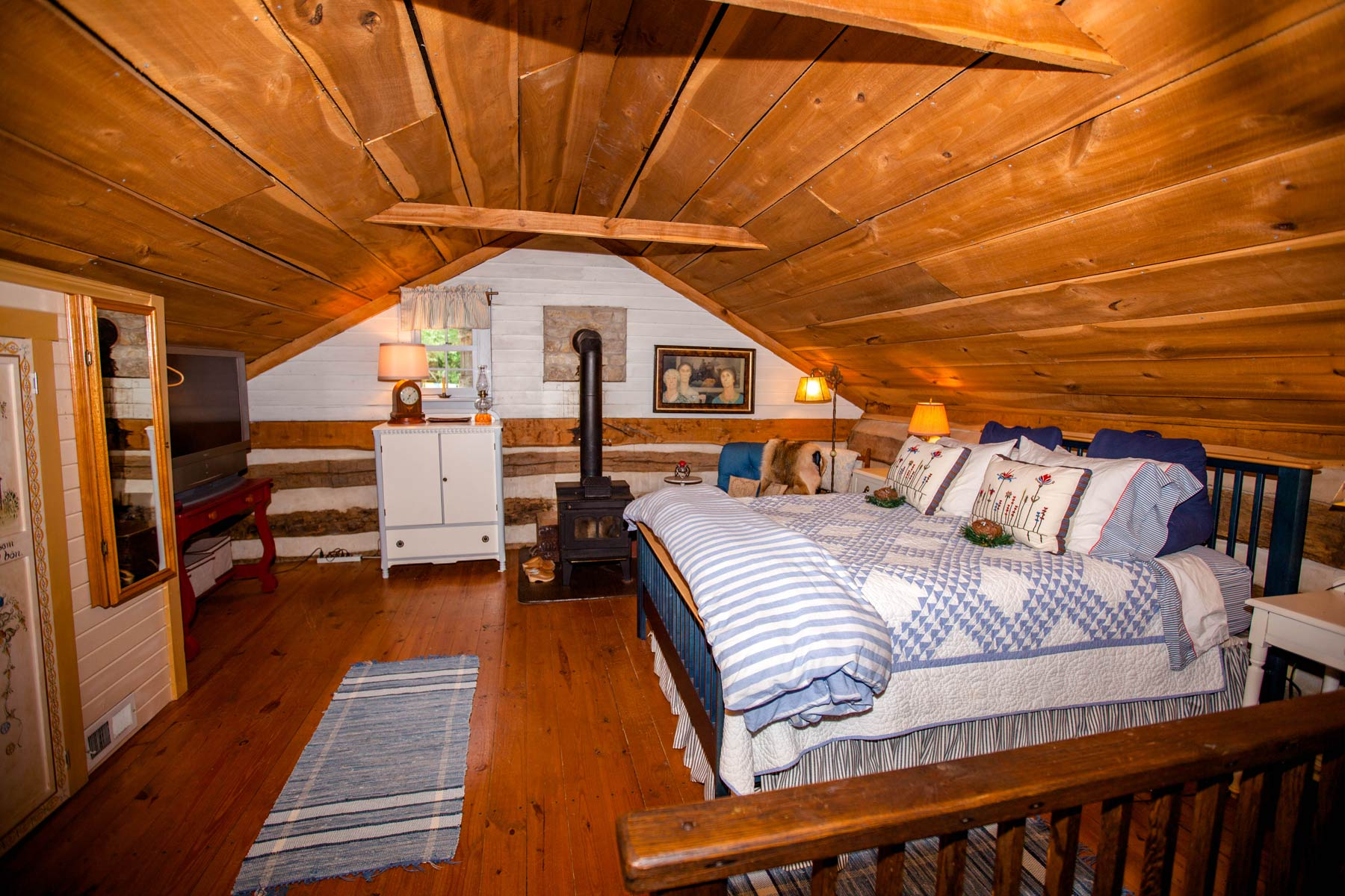 Upstairs Master Suite Green Plains Cabin